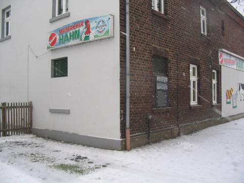 weiße Holzfenster an Gebäude