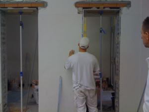 Durchbrüche werden erstellt um den dahinter befindenden Flur auszuleuchten, um vom von der Mensa den Flur der Schule auszuleuchten.