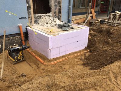 WDVS an einer Außenwand und Permeterdämmung für die Erdberührten Bereiche