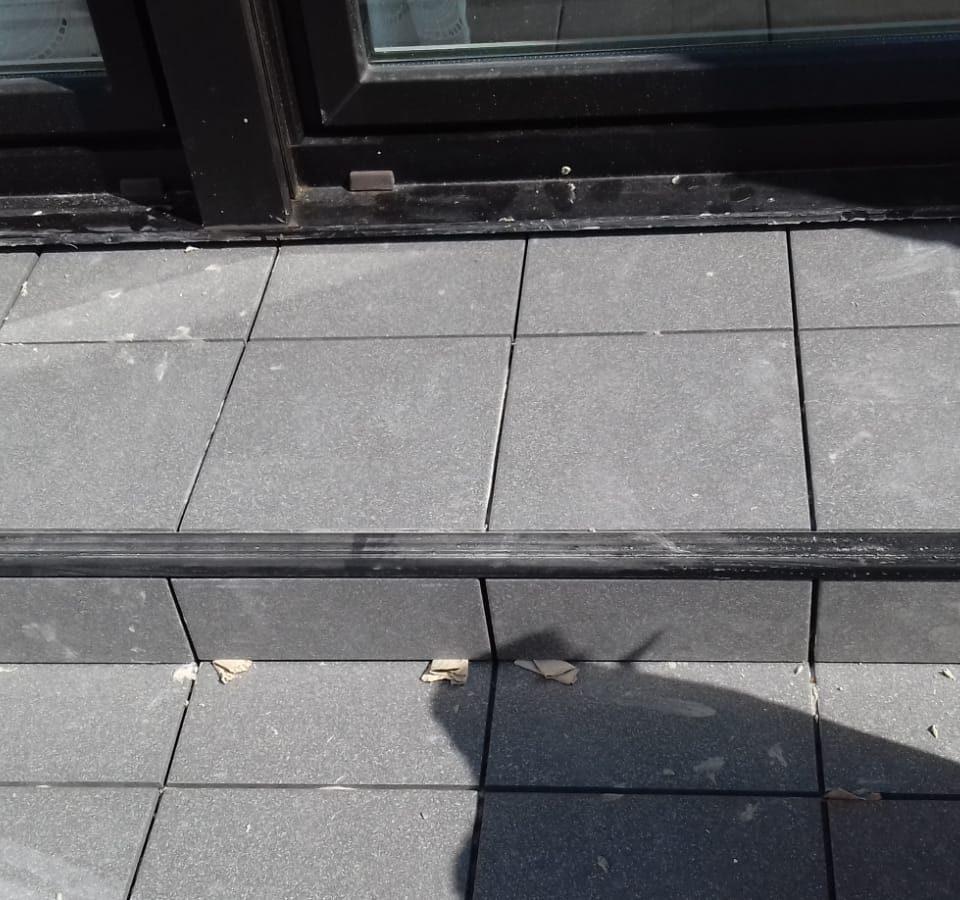 Stufe mit Fliesen auf einem sanierten Balkon